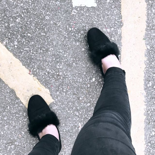 Flats with fur strap