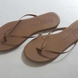 NWT TKEES Foundation Flip Flops, size 10