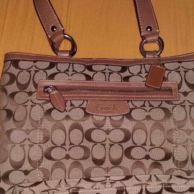 Coach Shoulder Bag....original At Walang Damage Looks New Pa.need Lang E Give Up. Last Price Na Po Yan.tnx