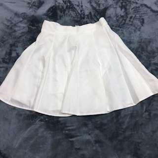 白色硬挺版型百褶裙