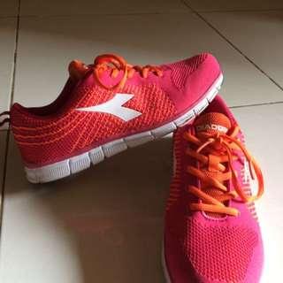 Sepatu Olahraga Merek Diadora