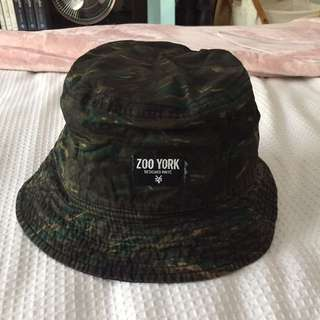 REVERSIBLE ZOO YORK BUCKET HAT