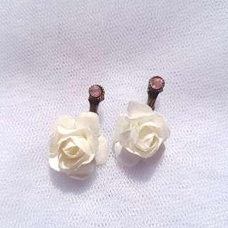 Anting Mawar Putih
