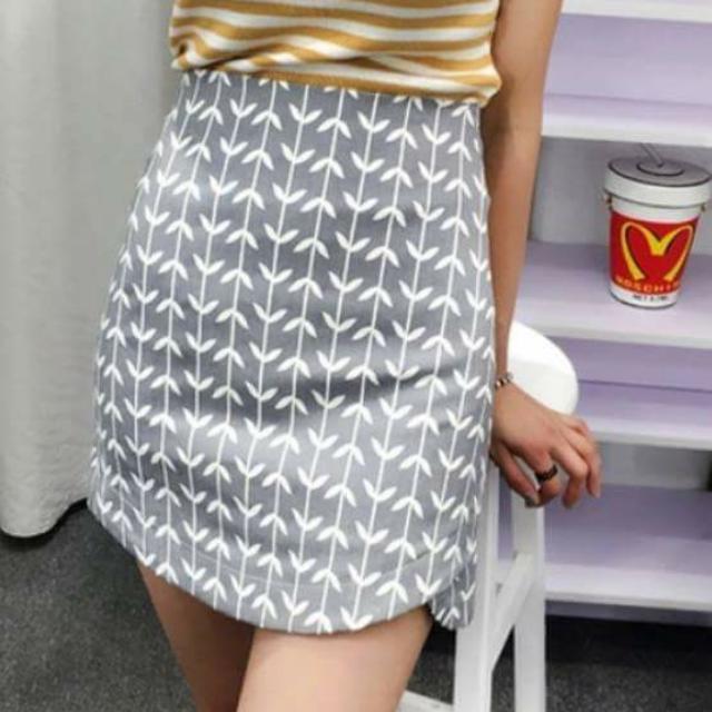 後拉鍊葉子滿版圖樣下襬不規則圓弧短裙