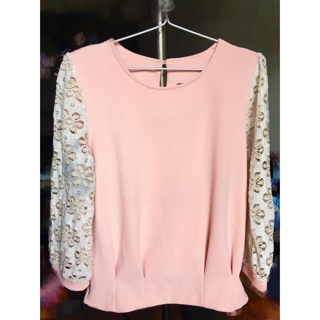 二手衣🚀粉色蕾絲雕花設計上衣