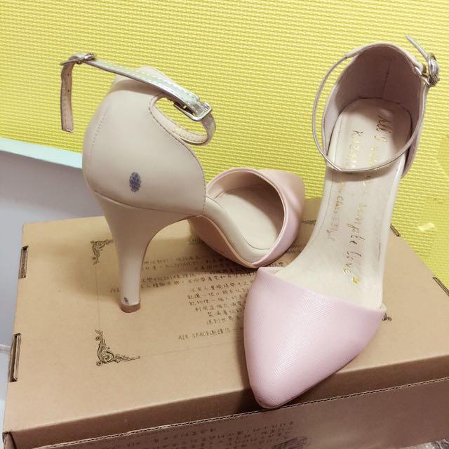 鞋太多35號 22.5cm//Grace gift 粉色尖頭繞帶高跟鞋(小NG如圖,穿在腳上其實不明顯)(圖一)其餘三張各有賣場*賣場還有很多好物快去逛逛吧* 這雙很美!我鞋子都是看到喜歡就買,也隨時都會放到網拍,也賣很便宜~尺寸小的人不多~~喜歡快買走