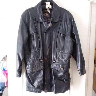 🚚    真皮外套,小羊皮,當初買一萬五千多。 清衣櫃便宜賣,3000元 肩寬50*腰57*(可調整)長84