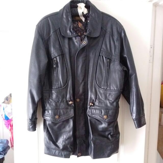真皮外套,小羊皮,當初買一萬五千多。 清衣櫃便宜賣,3000元 肩寬50*腰57*(可調整)長84
