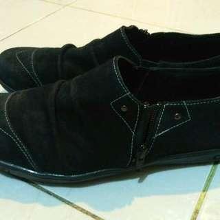 Sepatu Kasual Item Bahan Lembut