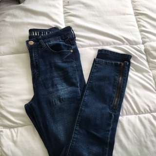 HIGH RISE SKINNY JEANS WITH ZIPPER DETAIL
