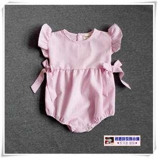 •*~ 辣媽咪衣飾小舖 ~*•❤童裝系列❤Q030631歐美款棉麻條紋蝴蝶結三角連體童裝
