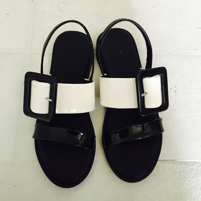 黑白相間寬帶平底涼鞋
