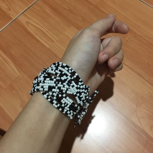 BLACK AND WHITE GELANG