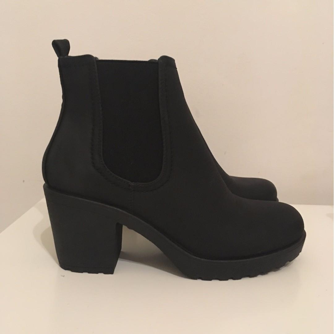 BOOHOO Chunky Heeled Boot Size 6