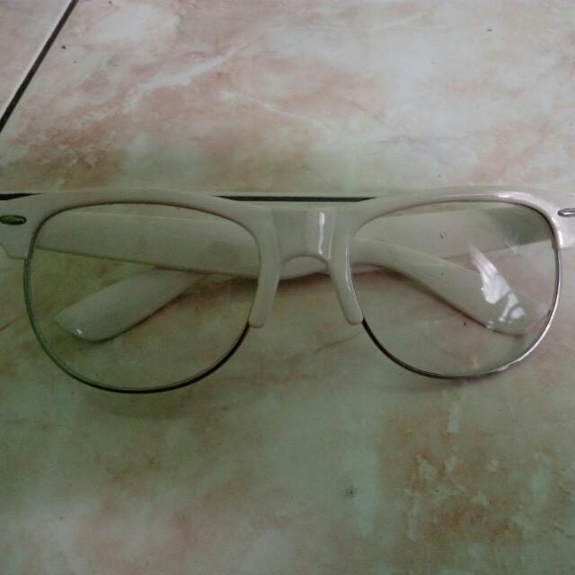 kacamata putih