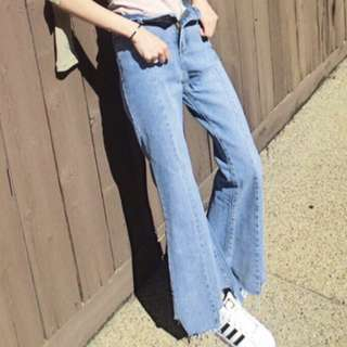 高腰淺藍喇叭牛仔褲