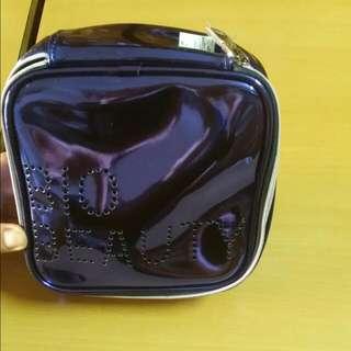 深藍色防水化妝包B I O。含運費 B E A U T Y.時尚美觀