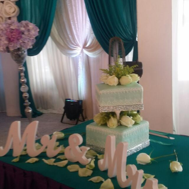 2 Tier Wedding Cake With Fresh Flowers Food Drinks Baked Goods