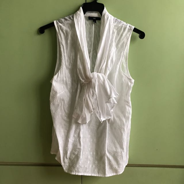 White Sleeveles Gap Top