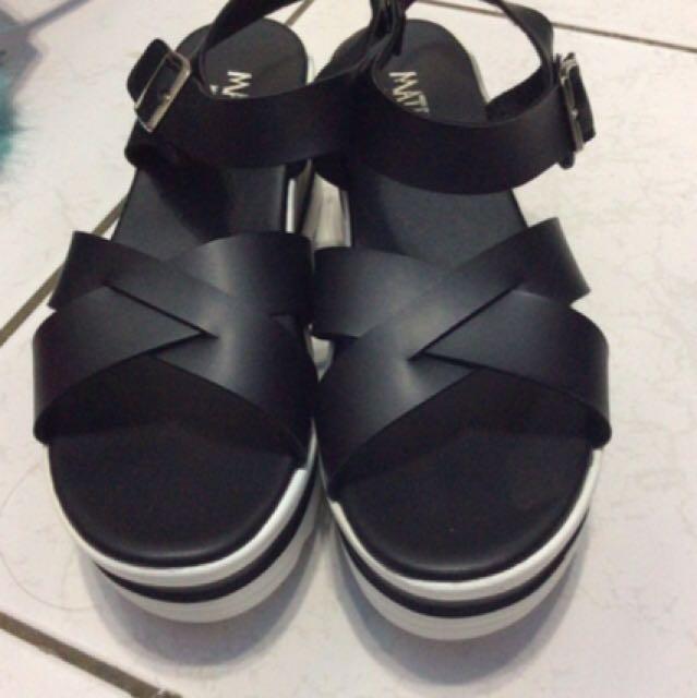 黑色交叉涼鞋