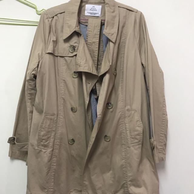Pazzo 英倫風翻領雙排釦腰綁帶風衣外套-卡其色L