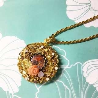 時尚 粉嫩玫瑰小花 浪漫水鑽 低調奢華寶石 鏤空編織 不對稱層次 金色緞帶 質感項鍊 百搭