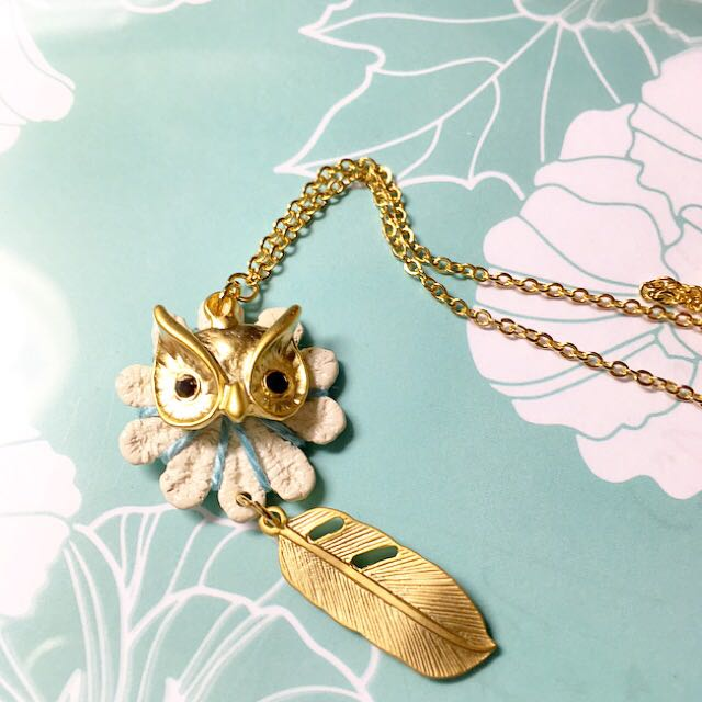 Baby 貓頭鷹 俏皮童真 活潑可愛 金色羽毛 白色花朵 天空藍線 質感項鍊 百搭