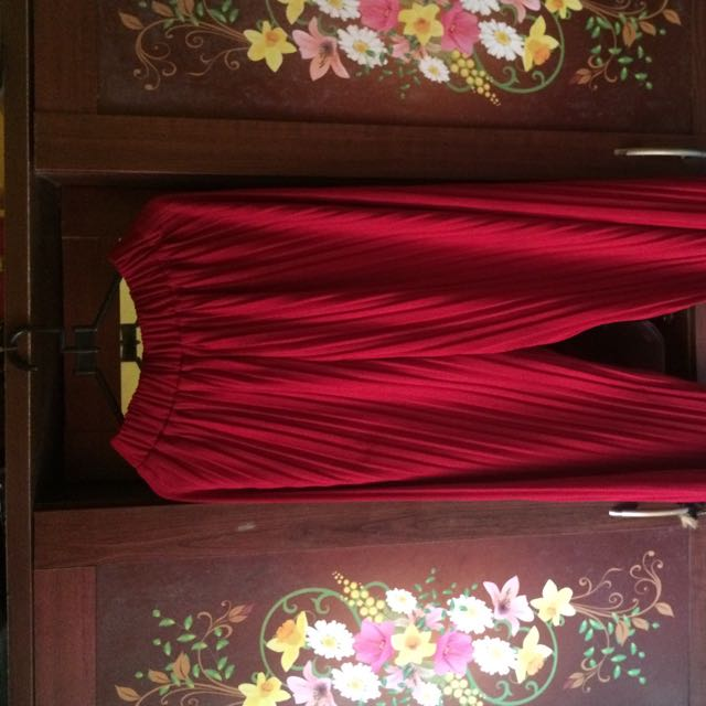 celana plisket merah maroon