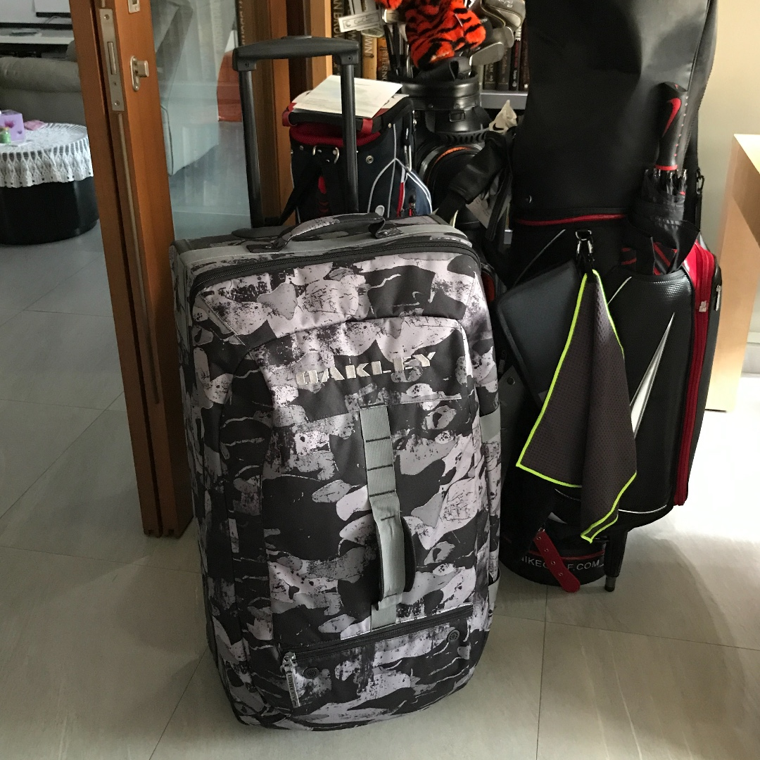 Oakley Large 60 40 Roller 92223 Camo Duffel Luggage Sports Sports Games Equipment On Carousell