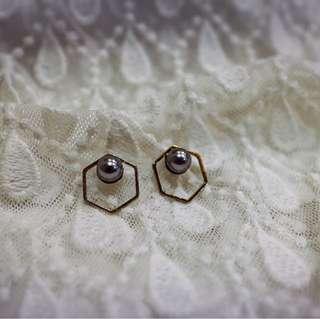 Tentez Bijoiterie古風首飾專賣店 獨家手作設計 簡約包浩斯 鏤空六角珍珠耳環(經典灰)針式夾式