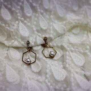 Tentez Bijoiterie古風首飾專賣店 獨家手作設計 簡約包浩斯 鏤空六角垂墜式珍珠耳環(奶油白)針式夾式