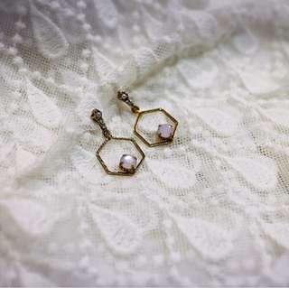 Tentez Bijoiterie古風首飾專賣店 獨家手作設計 簡約包浩斯 鏤空六角垂墜式珍珠耳環(櫻花粉)針式夾式