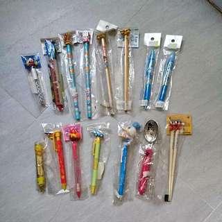 所有都是筆,有原子筆和鉛筆芯,和鉛筆另有refill鉛筆芯 只有一對米奇筷子 一套15支 從未啟用過 只是收藏筆和造型 包順豐站自取 不能拆開買