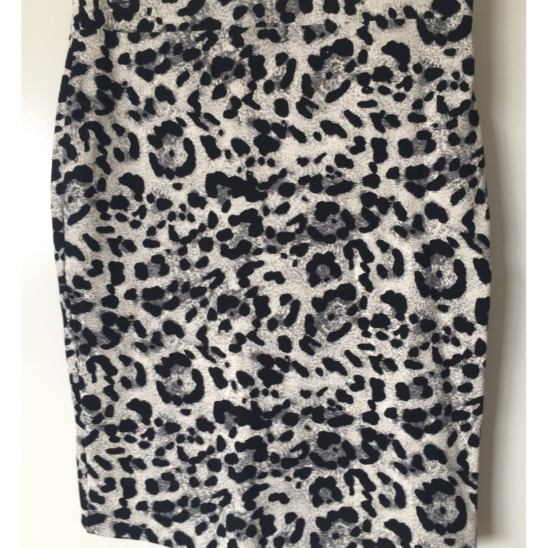 Witchery  Grey/Wite/Black Aninal Print Mini Skirt Siz 8