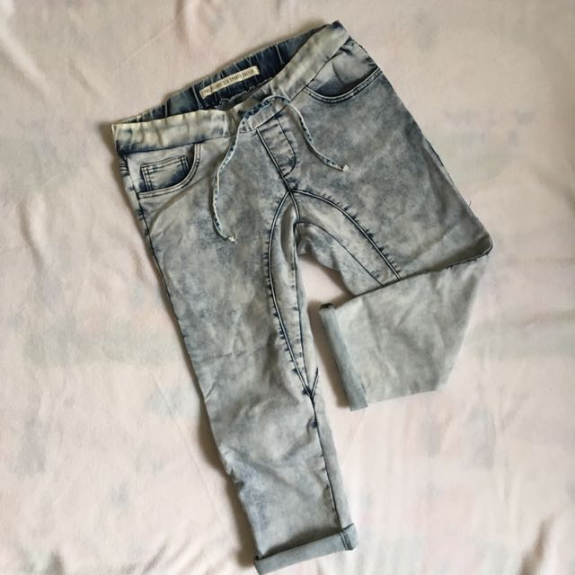 Cotton On - 3/4 Acid Washed Jeans (Size 8)