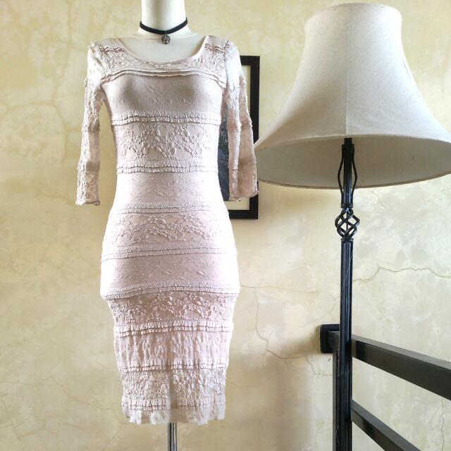 VOXX NEW YORK Beige Lace Backless Dress ➖ Baju Pesta VOXX NEW YORK Renda Warna Krem