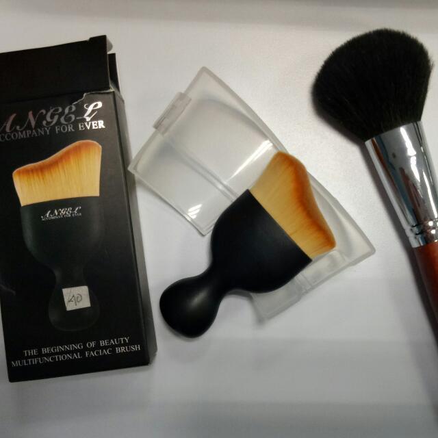 1 Powder Brush (1x Pakai Kualitas Bagus Waktu Aku Beli 250k+ 1 Multifunctional Facial Brush ( Tidak Pernah Digunakan Dan Dipakai)