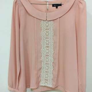 NET 粉色蕾絲圓領雪紡襯衫