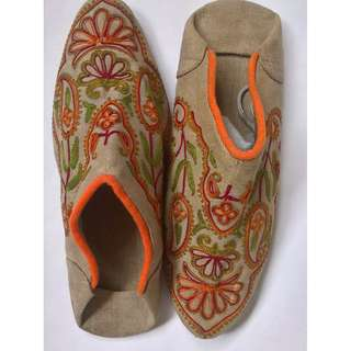 Superb motif  slippers size  8-9