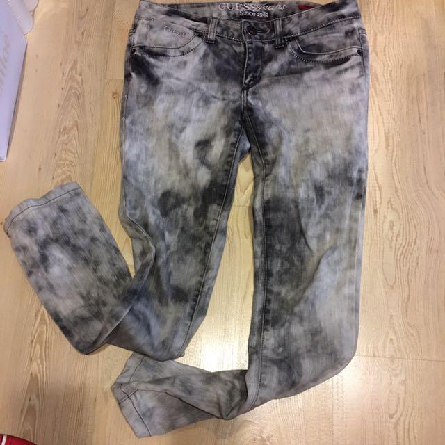 GUESS 雪花刷色窄管低腰丹寧褲