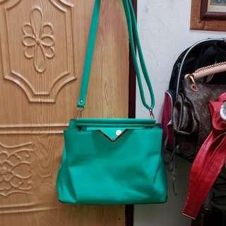 草綠色側背包