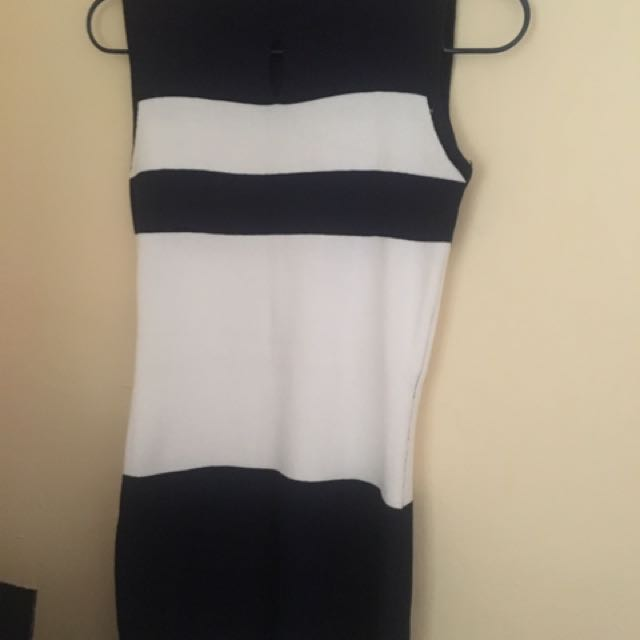 Knitted body fitting dress in dark blue and white