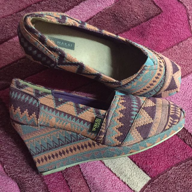 WAKAI Shoes With Aztec Design