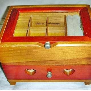 L皮商旋.狀況尚佳少見木質掀蓋式珠寶置物盒!--還有一抽屜可放小飾品及珠寶值得收藏!/黑箱33/-P