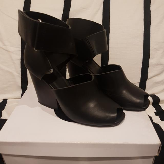 Urge Jessie Black Heels