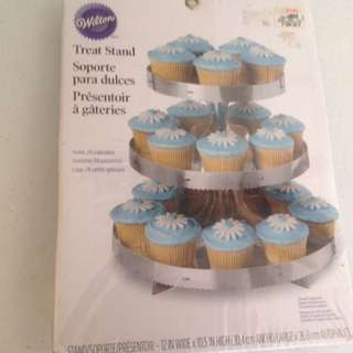 Wilton cake/ cupcake stand