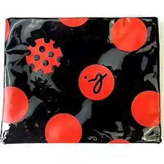 Agnes b 化粧袋 雜誌附禮品裝 收納小包 袋口為自貼磁力鈕釦  質料: 黑亮膠皮、黑色內裡布、絲印 Logo 圖案  尺寸: (約) 22.5 X 19cm  #Agnes b #化粧袋 #雜誌附禮品 #黏貼