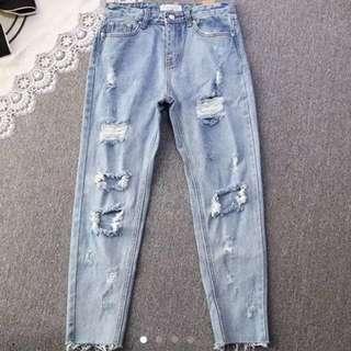 今季流行洗水破洞牛仔褲