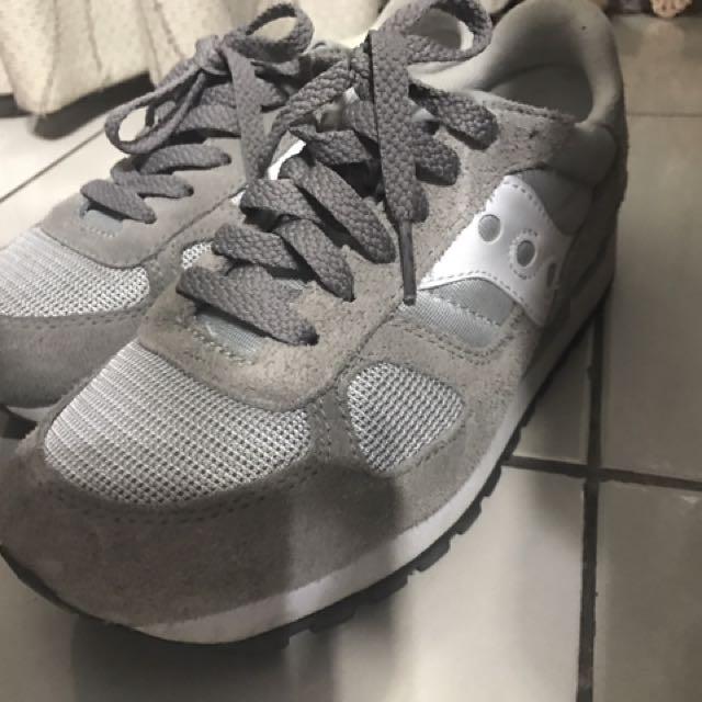 Saucony 灰色運動鞋
