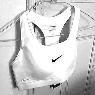 NIKE 正品 運動型內衣 全新吊牌未拆 連試穿都沒有 家人買的 太小了 原價1仟多 喜歡的水水帶走吧 經典款 白色 size S